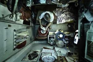 Kappahl har också produktion i rika men orättvisa Hong Kong. Här en vanlig textilarbetares lägenhet. Dina barns framtid.